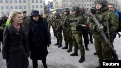 Министр обороны ФРГ Урсула фон Ляйен (крайняя слева) и президент Литвы Даля Грибаускайте приветствовали контингент союзников в литовском городе Рукле. 7 февраля 2017 г.