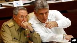 Raul Kastro (chapda) va yangi Prezident Migel Dias-Kanel