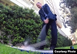 加州大学欧文分校教授厄兹曼击出火花(UC Irvine photo)