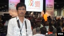 ဗီြအိုေအ (ျမန္မာပိုင္း) မွ ကိုသားညြန္႔ဦး AIDS ညီလာခံသို႔ သြားေရာက္သတင္းယူစဥ္။(ဓာတ္ပံု/ေၾကးမံု။ ဇူလုိင္ ၂၃၊ ၂၀၁၂။)