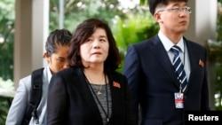 北韓資深外交官崔善姬(左)在新加坡參加一個美國北韓工作會議。(2018年6月11日)