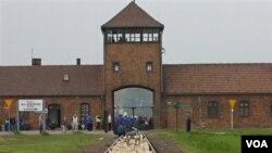 El sitio del ex campo de concentración incluye las barracas, las cámaras de gas y las pertenencias de quienes fueron asesinados en el campo de concentración.