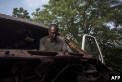 Ernest Yaw Owusu, 38 ans, se trouve dans son atelier automobile à Dormaa-Ahenkro, dans la région de Brong-Ahafo au Ghana, le 3 mai 2018.