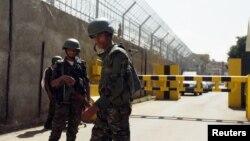 Pasukan keamanan menjaga Kedutaan Perancis di Sana'a, Yaman (foto: dok). Seorang perempuan Perancis diculik di Sana'a Selasa (24/2) dini hari.