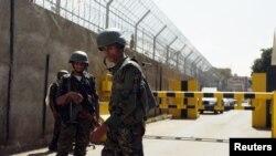 نیروهای امنیتی مقابل ورودی اصلی سفارت فرانسه در صنعا - ۱۸ ژانویه ۲۰۱۵