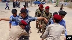 Lực lượng an ninh Iraq khám xét cử tri tại một địa điểm bầu cử ở Ramadi (115km) phía tây thủ đô Baghdad.