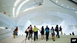 Warga New York keluar dari stasiun kereta di Menara World Trade Center (WTC). WTC kembali dibuka untuk umum Selasa 16/8.