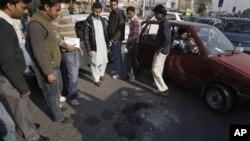 لاہور میں لوگ اس جگہ کا مائنہ کررہے ہیں جہاں مبینہ طور پر ایک امریکی شہری نے دو پاکستانیوں کو گولیاں مارکر قتل کردیا۔ امریکی حکومت کے مطابق اس شہری کو سفارتی استثنا حاصل ہے۔