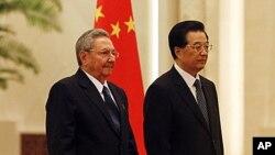 5일 베이징 인민대회당 환영식에서 라울 카스트로 쿠바 의장(왼쪽)을 맞이한 후진타오 중국국가주석.