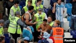 Một cổ động viên bị bắt giữ sau trận đấu hôm 21/6.