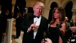 دونالد ترامپ و همسرش ملانیا پیش از شرکت در مراسم شب سال نو به سؤالات خبرنگاران پاسخ می دهند