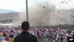 وێنهیهک نیشـانی دهدات که چۆن فڕۆکهی جۆری P-51 بهسهر تهماشاکهراندا تێـکدهشکێت له نمایشی ڕینۆ نیڤادا، ههینی 16 ی نۆی 2011