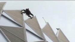 """2012-05-11 粵語新聞: 法國""""蜘蛛人""""成功徒手攀爬法國最高大樓"""
