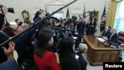 Ông Trump và ông Lưu Hạc trả lời phóng viên hôm 4/4.