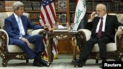 Ngoại trưởng Iraq Ibrahim al-Jaafari (phải) tiếp đón Ngoại trưởng Mỹ John Kerry trong thư viện biệt thự ngoại trưởng ở Baghdad, Iraq, ngày 8/4/2016.