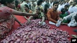 印度一个政党贱卖洋葱以抗议涨价,市民争购