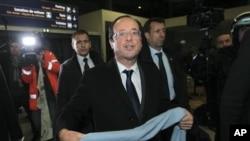 Candidato Socialista François Hollande saudando os apoiantes