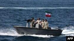 """2019年4月30日伊朗军事人员乘巡逻快艇参加在霍尔木兹海峡举行的""""波斯湾国家日""""活动。"""
