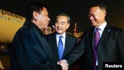 지난 18일 베이징 공항에서 로드리고 두테르테(왼쪽) 필리핀 대통령을 영접하고 있는 왕이(가운데) 중국 외교부장. 오른쪽은 자오젠화 필리핀 주재 중국대사.