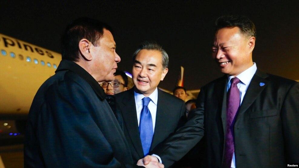 지난 10월 중국 베이징 공항에 도착한 로드리고 두테르테 필리핀 대통령(왼쪽)이 필리핀주재 중국대사와 만나 악수하고 있다.