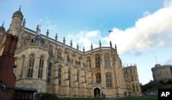 FILE - Questa foto del file 28 di 2017 del Novecento mostra una visione generale della Cappella di San Giorgio all'interno delle mura del Castello di Windsor, a Windsor, in Inghilterra. Il britannico Prince Harry e Meghan Markle si sposeranno alla cappella di maggio 19, 2018.