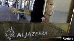 Un employé pénètre dans le centre de diffusion d'Al Jazeera America dans le centre de Manhattan à New York.