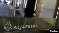 Un employé de Al-Jazeera entre dans le bâtiment du média à New York, aux États-Unis, le 13 janvier 2016.