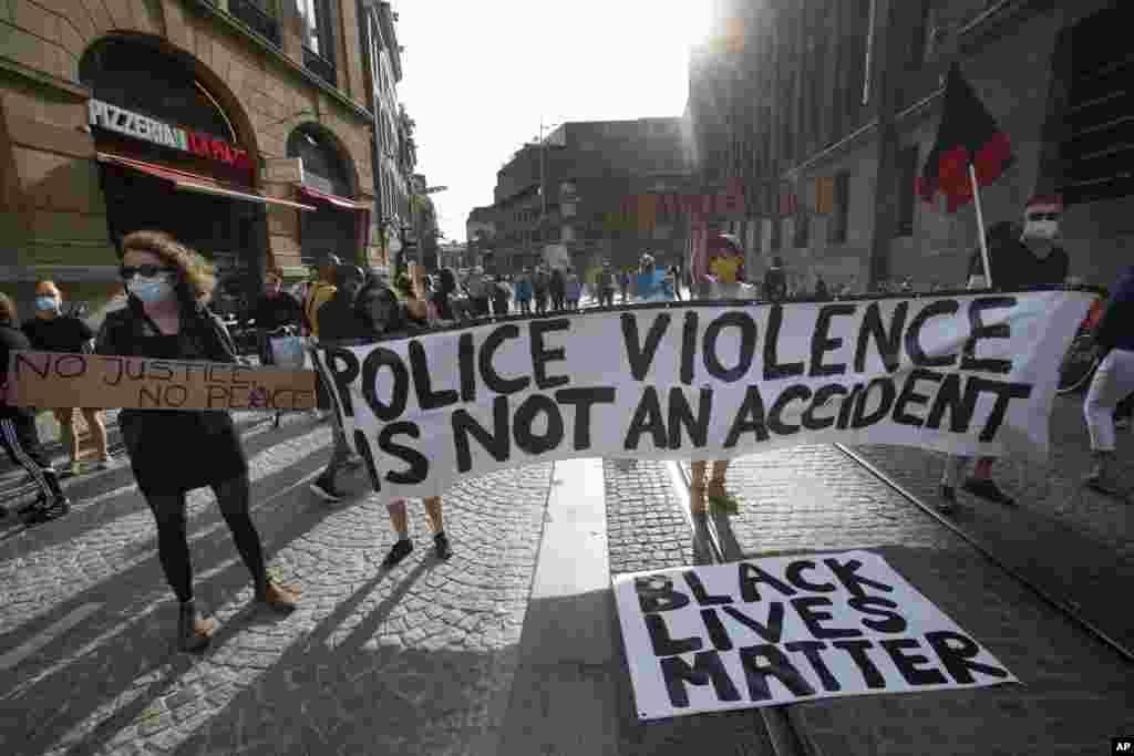 ពលរដ្ឋហូឡង់ ចូលរួមធ្វើបាតុកម្មដែលផ្តោតទៅលើ Black Lives Matter ដែលមានន័យថា ជីវិតពលរដ្ឋស្បែកខ្មៅមានតម្លៃ នៅទីក្រុង Amsterdam ប្រទេសហូឡង់ នៅថ្ងៃច័ន្ទ ទី ១ ខែមិថុនា ឆ្នាំ ២០២០ ដើម្បីធ្វើការតវ៉ាប្រឆាំងនឹងការស្លាប់របស់លោក George Floyd ដែលជាពលរដ្ឋអាមេរិកដើមកំណើតអាហ្រ្វិក។ (AP)
