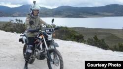 Presiden Joko Widodo meninjau pembangunan jalan Trans Papua dengan mengendarai motor trail, 10 Mei 2017. (Courtesy: Setpres RI)