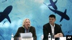 英國億萬富翁理查德‧布朗森和姚明在上海舉行的反對吃魚翅運動記者會上(2011年9月22日)