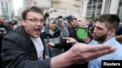 Para pendukung dan penentang Presiden Petro Poroshenko adu argumen dalam kampanye di Kyiv, Ukraina, Selasa (9/4).