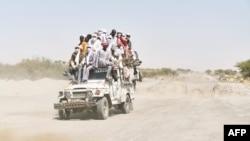 Des Tchadiens traversent le désert à bord d'une camionnette bondée, pour se rendre à Bol, dans le sud du Tchad, le e 9 novembre 2018.