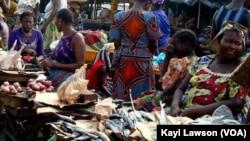 Un stand de jouets à Cotonou, le 18 décembre 2018. (VOA/Ginette Fleure Adandé)