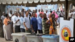 Les Tanzaniens font la queue pour aller voter, le 25 octobre 2015. (AP Photo/Khalfan Said)