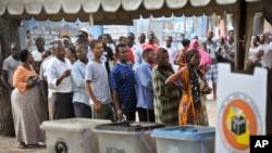 Warga Tanzania antri untuk mengikuti pemilu presiden di salah satu TPS di Dar es Salaam, Tanzania (25/10).