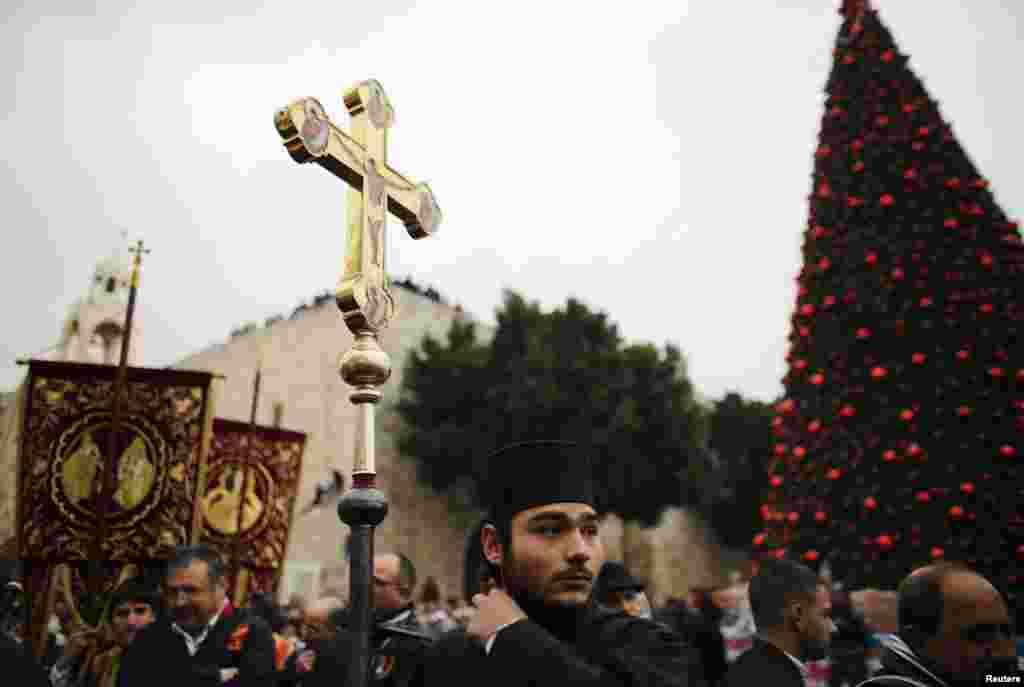 Православные у церкви Рождества Христова в Вифлееме