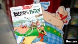 """Buku komik terbaru """"Asterix chez les Pictes"""" (Asterix dan orang-orang Pict), dibuat oleh penulis Perancis Jean-Yves Ferri dengan ilustrasi dari Didier Conrad. (Reuters/Benoit Tessier)"""