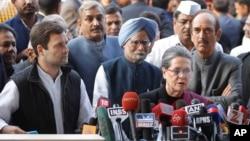 Bà Sonia Gandhi và con trái (trái) trao đổi với truyền thông về cáo buộc tham nhũng đối với bà ở New Delhi hôm 19/12.