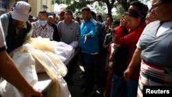 親屬在一名尼泊爾夏爾巴人嚮導的屍體旁哭泣