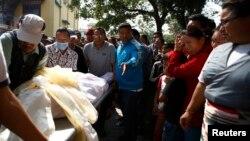 19일 에베레스트산 눈사태로 목숨을 잃은 네팔 산악 가이드(셰르파)의 시체가 지나가자 친척들이 울고 있다.