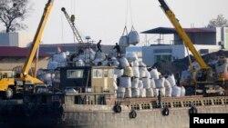 지난 해 10월 북한 신의주에서 중국 선박이 북한으로 수출하는 물품을 하역하고 있다. (자료사진)