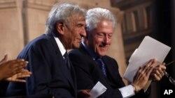 Bivši predsednik SAD Bil Klinton (desno) i dobitnik Nobelove nagrade za mir Eli Vizel na ceremoniji obeležavanja dve decenije od otvaranja Muzeja Holokausta u Vašingtonu
