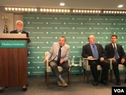 专家讨论美国应如何防卫台湾,左起(讲台上)加里亚、克洛普西、费舍尔、易思安 (美国之音钟辰芳拍摄 )