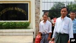 Tahanan politik Burma yang dibebaskan berjalan keluar dari tahanan Insein di Yangon, 17 Mei 2013 (Foto: dok). Burma kembali mengumumkan rencana pembebasan 56 tahanan politik, Selasa (8/10).