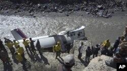 Nhân viên cứu hộ tại hiện trường tai nạn bên bờ sông Kali Gandaki, tây bắc Katmandu, ngày 16/5/2013.