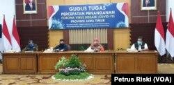 Gubernur Jawa Timur Khofifah Indar Parawansa bersama Satgas COVID-19 Jawa Timur memberikan keterangan pers terkait penanganan kasus corona, Selasa, 19 Mei 2020. (Foto: Petrus Riski/VOA)