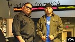 Dos de los tres músicos salvadoreños, Fat Lui y Débil Estar, visitaron los estudios de la VOA.