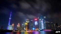 Awan mendung tampak menyelimuti kawasan distrik finansial di Pudong, Shanghai, China. Sebuah bank pembangunan internasional baru yang didukung negara-negara berkembang resmi diluncurkan di Shanghai, Selasa (21/7).