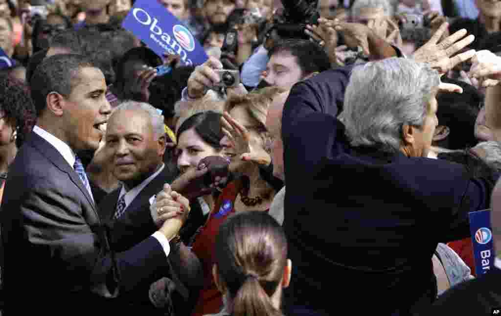 Trong lần tranh cử đầu tiên của Tổng thống Obama, ông Kerry đã từng đi cùng với ông Obama để vận động cho ông Obama. 10/1/ 2008. (AP Photo/Charles Rex Arbogast)
