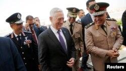 짐 매티스 미국 국방장관(가운데)이 20일 이집트 카이로 국제공항에 도착해 세드키 소비(오른쪽) 이집트 국방장관의 환영을 받고 있다.